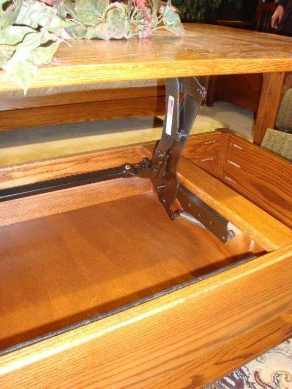 Hinge mechanism in lift top coffee table.